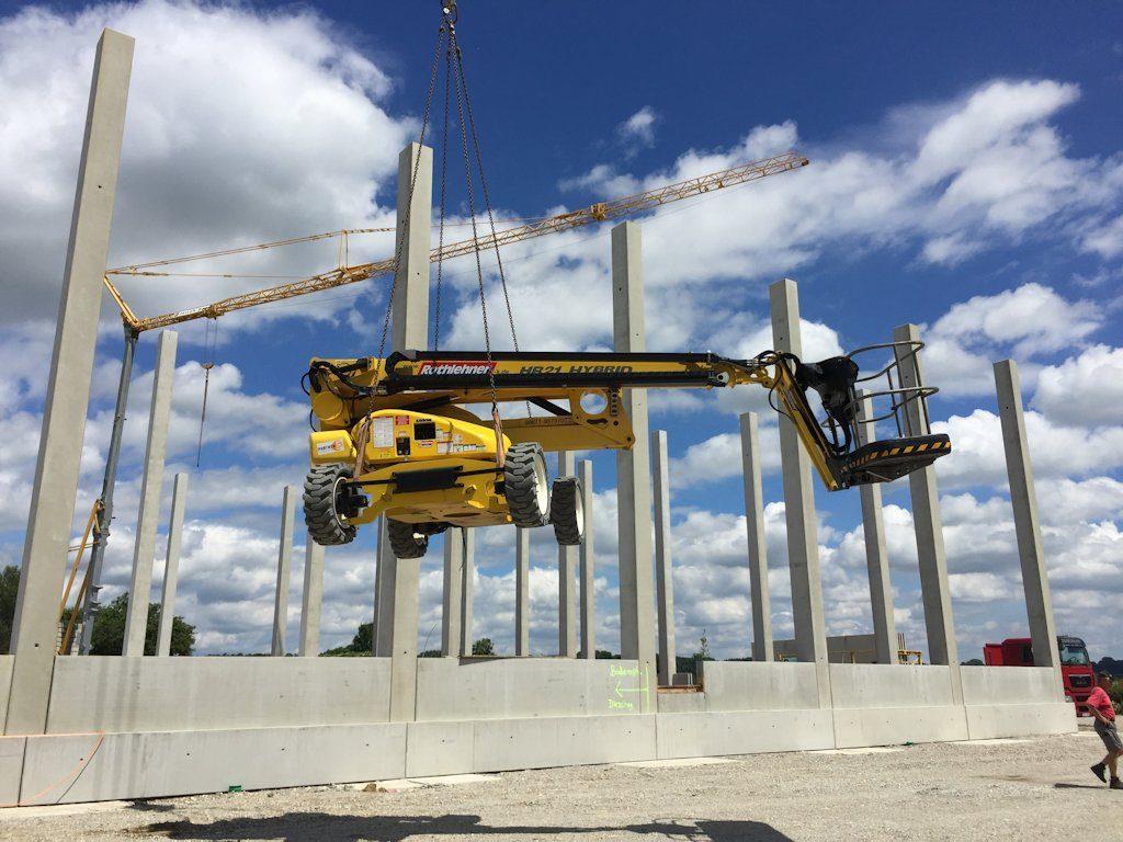 GTL210 wird mit Kran in Baustelle gehoben